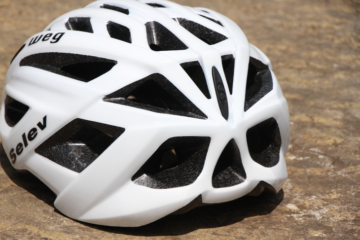 ヘルメット内の熱を逃がすためのベンチレーションホールも数多く設けられている