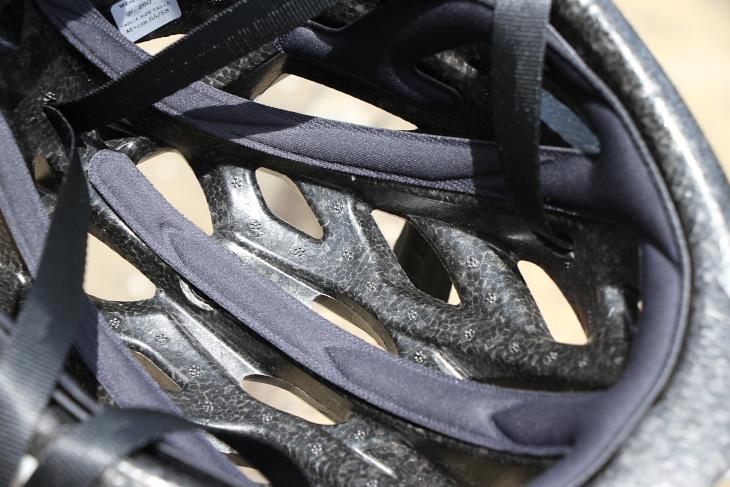 ヘルメット内で空気が流れるように溝などが設けられている