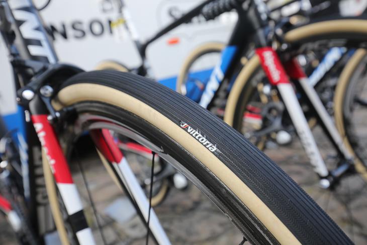 市販品には無いスリックパターンを持つヴィットリアのタイヤ。幅は30mmと今大会で最も太い