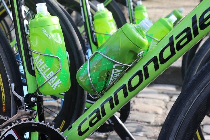 ボトルのホールド力に優れるアランデールのStainlessボトルケージを使用する