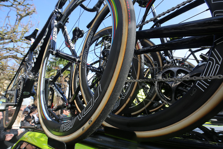 コットンケーシングを採用した石畳クラシック用の特別タイヤを使用する