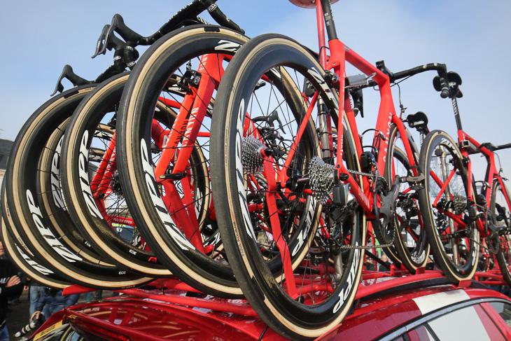 タイヤは、サポートを受けるコンチネンタルではなく、ロゴを消したFMBのParis Roubaix