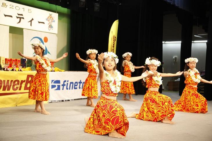 表彰式では地元の子供たちによる舞踊も披露された
