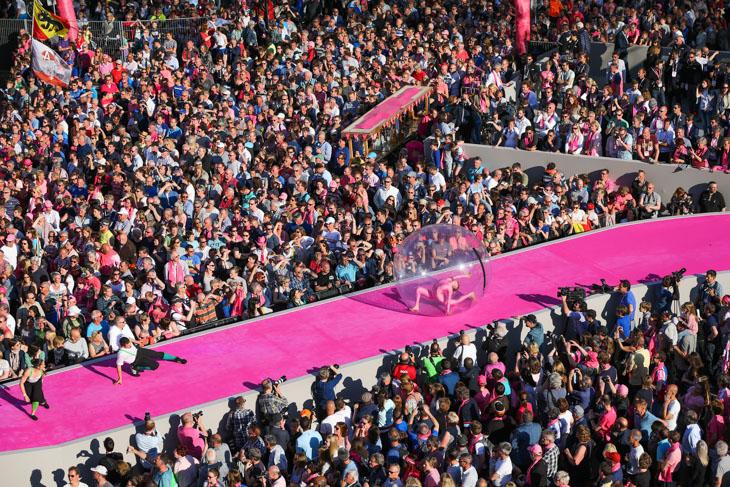 透明の球体がピンクのカーペットを進む