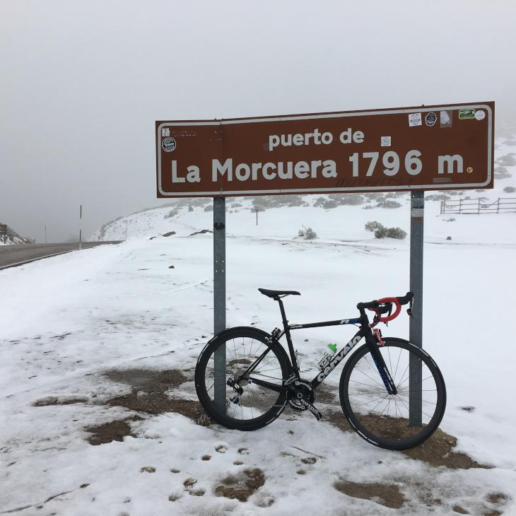 昨年のブエルタ・ア・エスパーニャに登場した1級山岳「プエルト・デラ・モルクエラ」の頂上にて(4月だというのに気温0℃)