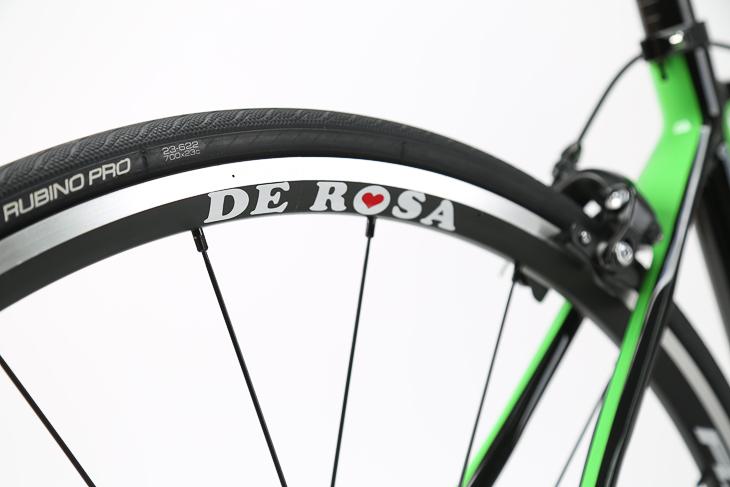 バイク全体の統一感を高めるリム用DeRosaステッカーが付属