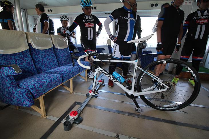 船内にも自転車キャリアが設置され、自転車を固定して運ぶアイデアが考案された