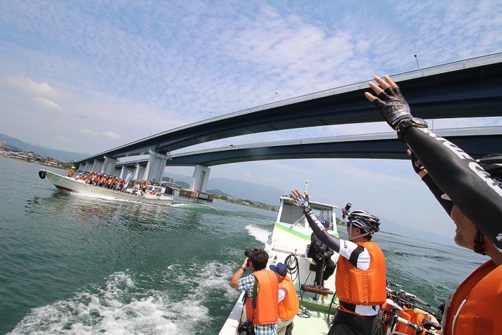 琵琶湖大橋をくぐり抜ける漁船タクシー