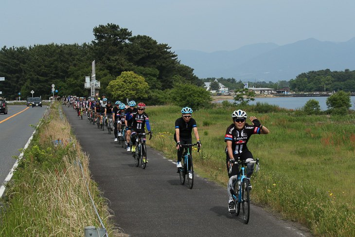 琵琶湖畔のサイクリングロードを走る