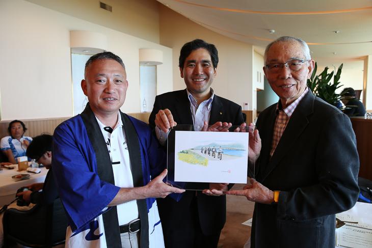 琵琶湖サイクリングの様子を描いた絵がリュー会長にプレゼントされた