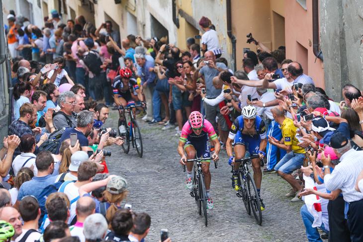 最後のサンマウリツィオでモゼールとブランビッラを追うマッテオ・トレンティン(イタリア、エティックス・クイックステップ)