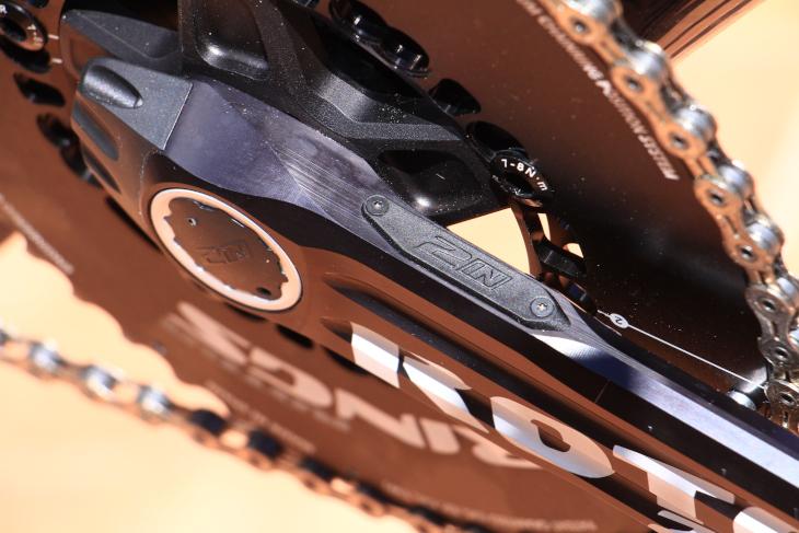 右アーム内には、4つのひずみゲージと、測定データを発信するためのアンテナが組み込まれている