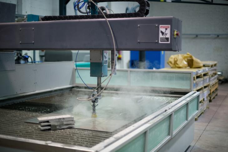 チェーリングの製造は、ウォーターカッターを用いて円盤を切り出すところから始まる