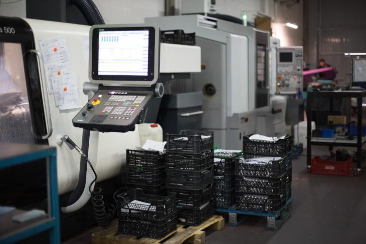 工場内では様々な工作機械が稼働中