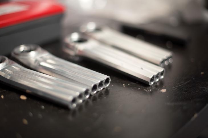 クランクアームには3つの長穴を開けることで、軽量化を図っている