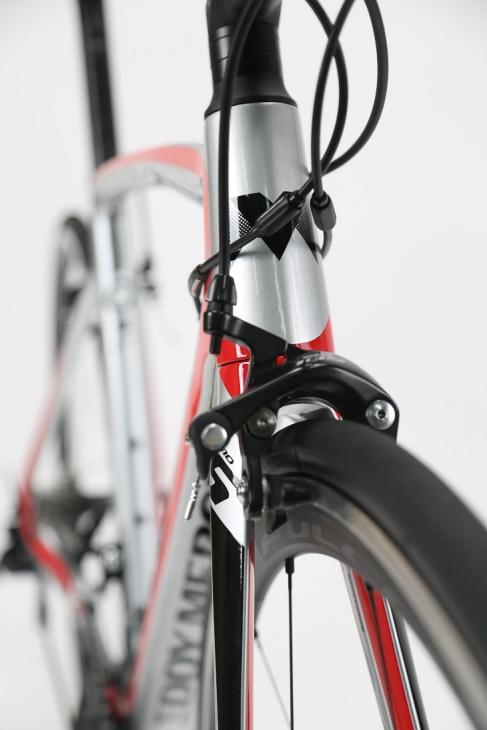 テーパードデザインのヘッドチューブは、コントローラブルかつ安定したハンドリングに貢献
