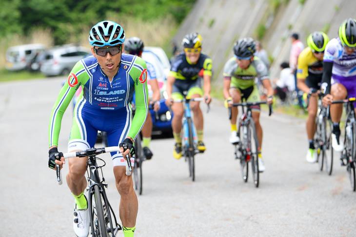 ステージ1b レース終盤に登りでペースアップする高岡亮寛(イナーメ)