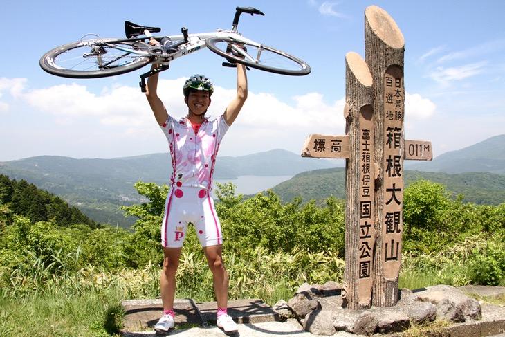 「ターンパイク登ったぞー!」芦ノ湖と富士山を背景にパチリ