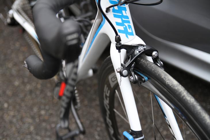 コラドゥーズハグのバイクは、スラムREDがメインコンポーネントながら、ブレーキはシマノ105としている