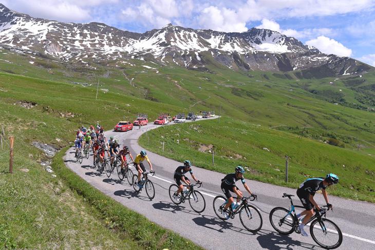 チームスカイを先頭にメイン集団が超級山岳マドレーヌ峠を走る