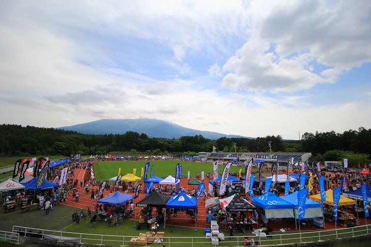 大会前日 富士山は雲に包まれていたが北麓公園には多くの参加者と協賛社が集まった
