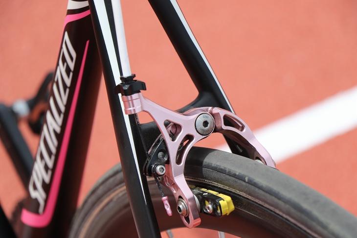 ブレーキもピンクアルマイトのモデル