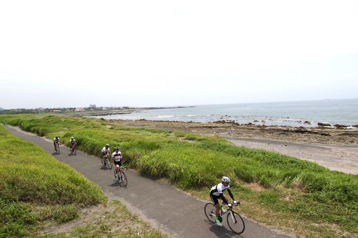 太平洋に沿ったサイクリングロードを走る