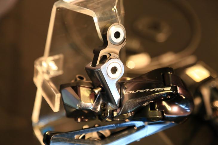 リアディレーラーのフレーム取り付け部は、MTB用の様な形状となった