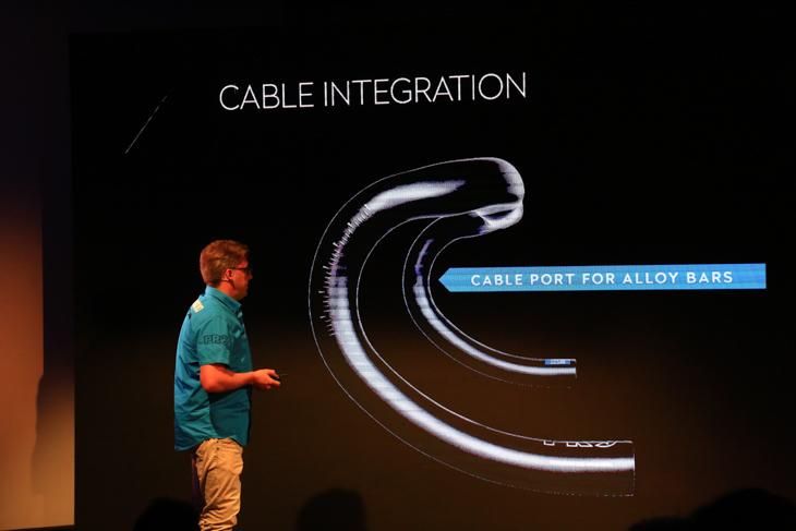 ケーブルを内蔵できるPROのハンドルバーも併せて開発した