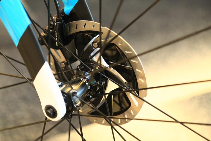 ローターは内周部で効率的に放熱する新構造を採用。冷却性能を高めた