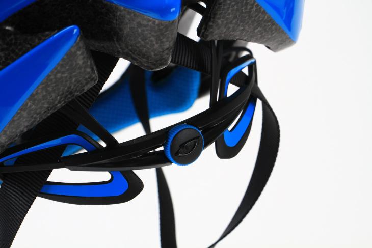 Roc Loc5という小型で軽量なクロージャーシステムが採用されている