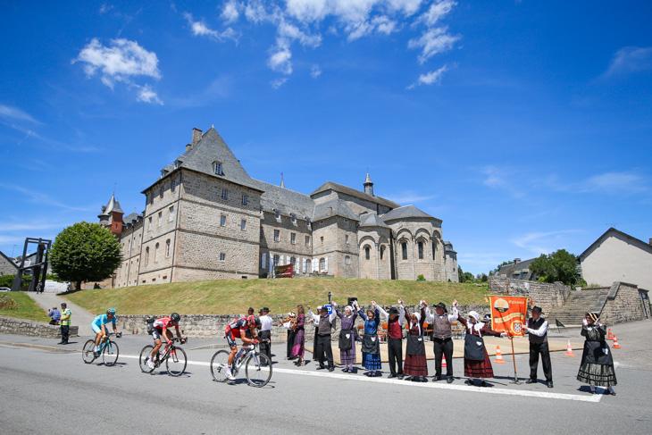 声援を受けて高速で駆け抜けるグレッグ・ファンアフェルマート(ベルギー、BMCレーシング)ら3名: photo:Kei Tsuji