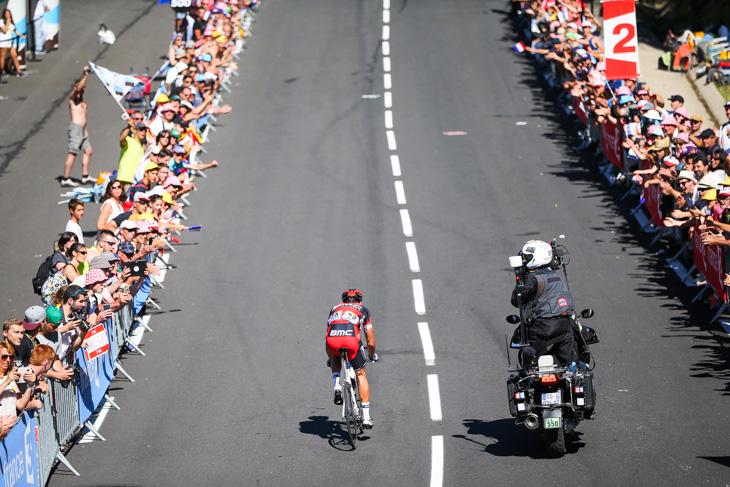 フィニッシュに向かう登りを駆け上がるグレッグ・ファンアフェルマート(ベルギー、BMCレーシング)