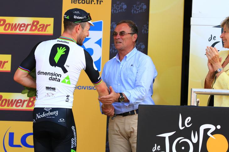 自身の勝利数28を超えたカヴェンディッシュを祝福するベルナール・イノー氏