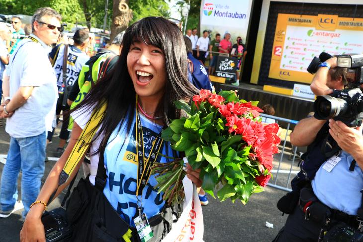 ポディウムから投げた花束を受け取った飯島美和さん
