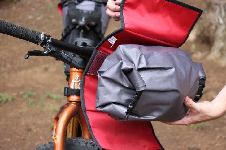 ハーネスとドライバッグはベルクロで固定されるため、着脱が容易だ