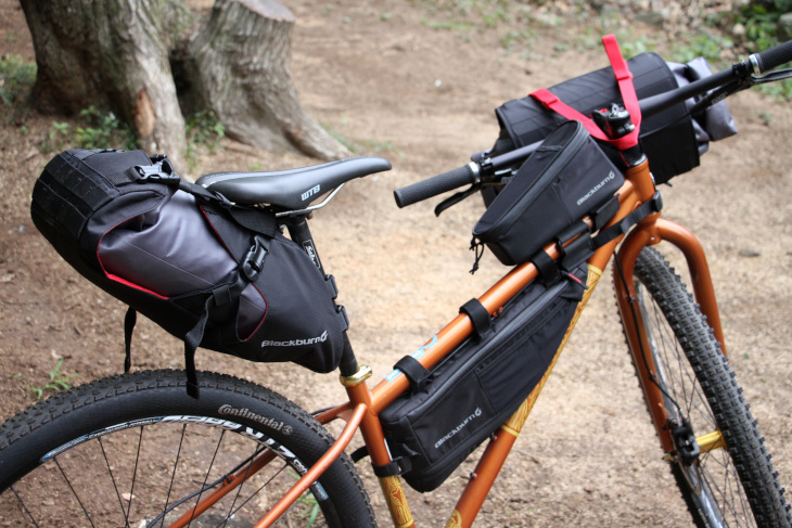 ラックなしでも大容量の荷物を運ぶことができるバイクパッキング ブラックバーン Outpostシリーズ