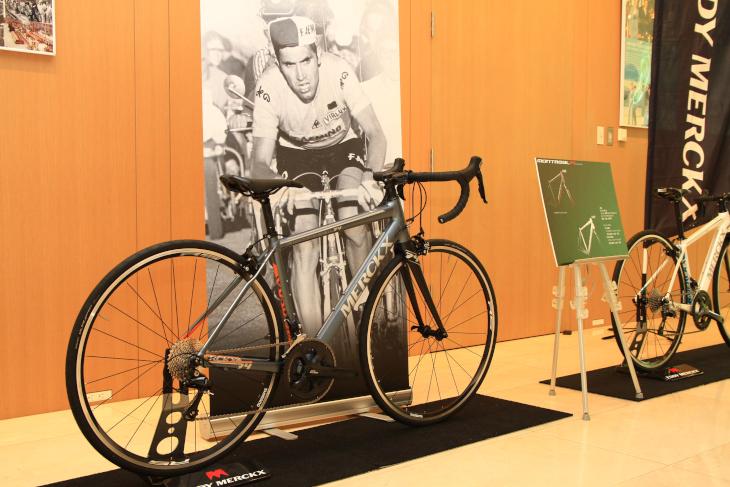 会場の各所にエディ・メルクス氏のレース写真が展示された