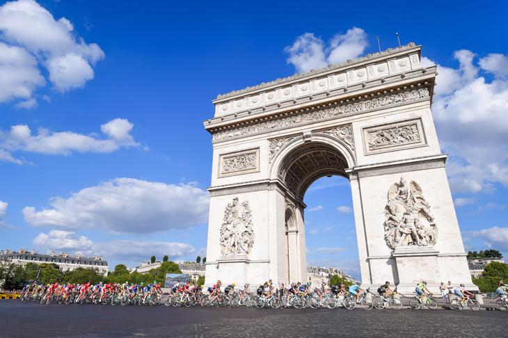 パリの凱旋門を通過するプロトン