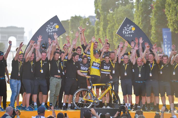 スタッフを含めて全員でステージに上がるチームスカイ