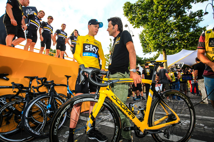 DOGMA F8を駆り2度ツール・ド・フランスを制したクリス・フルームと、シャンゼリゼでフルームを祝うファウスト・ピナレロ氏