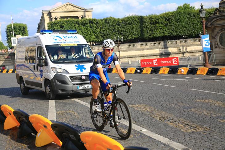 シャンゼリゼに到着するやいなや膝の痛みでリタイアしたトニ・マルティン(ドイツ、エティックス・クイックステップ)