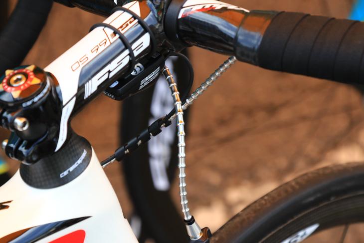 アルミのリンクを繋ぐことで抵抗を低減したアウターワイヤー「i-Link」を使用する