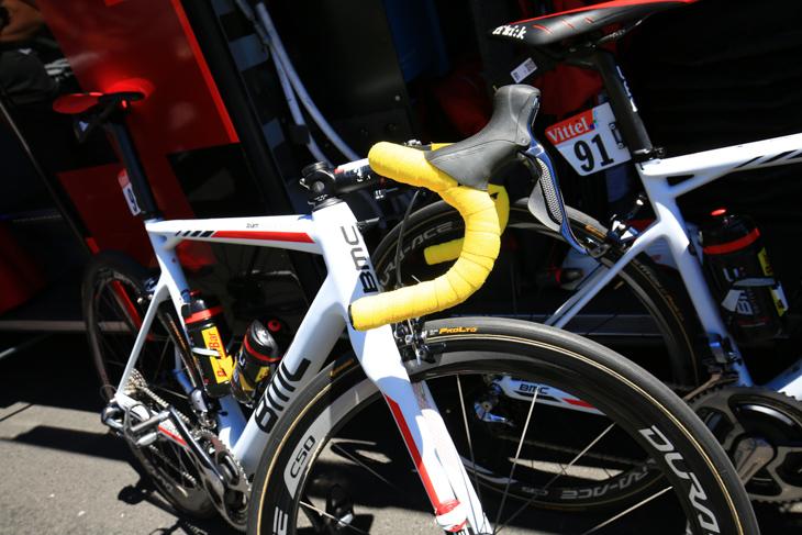 第6、第7ステージでマイヨジョーヌを着用したグレッグ・ファンアフェルマート(ベルギー、BMCレーシング)のマイヨジョーヌ仕様のバイク
