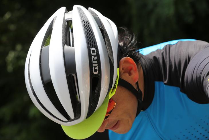 Syntheは空力特性や通気性に優れ、涼しさが際立つレースやヒルクライムに最適な軽量ヘルメット