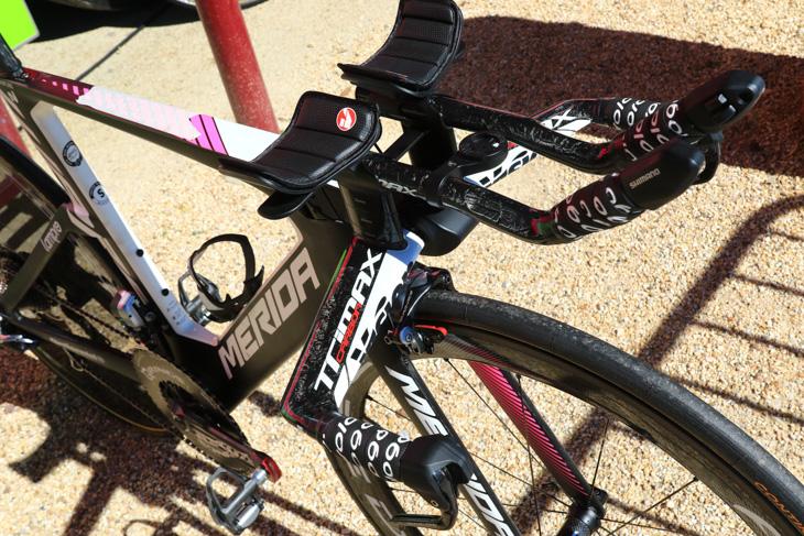 TTバイクのハンドル周りはヴィジョンで固められる