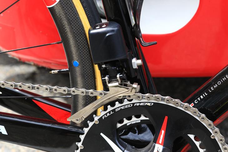 駆動部にカバーが被せられ、昨年のプロトタイプよりも完成度が高くなったフロントディレーラー