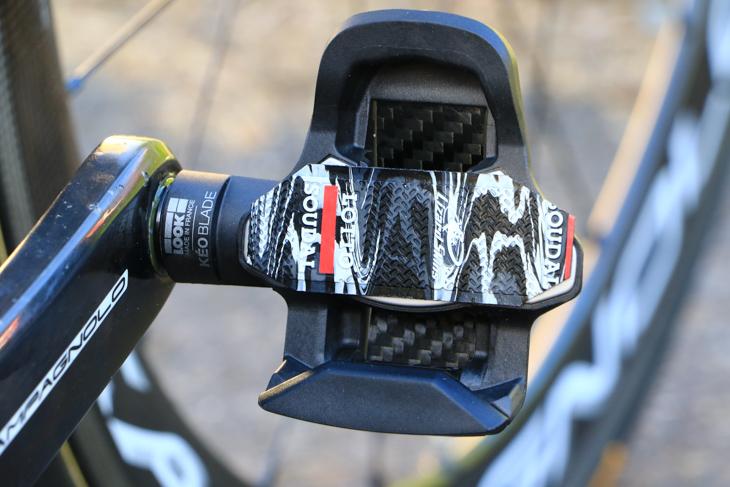 ガタを抑えるために、ペダルにはバーテープが貼られる