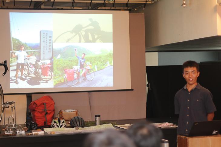 今までの自転車旅行の写真を紹介する溝口さん