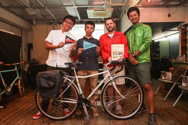 世界自転車旅行に出発する溝口哲也さん(20歳)を囲んで: photo:Makoto.AYANO